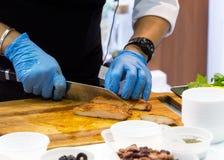 Szefa kuchni kulinarny jedzenie w kuchni, szefa kuchni narządzania jedzenie fotografia royalty free