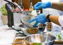 Szefa kuchni kulinarny jedzenie w kuchni, szefa kuchni narządzania jedzenie obrazy stock