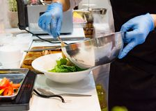 Szefa kuchni kulinarny jedzenie w kuchni, szefa kuchni narządzania jedzenie zdjęcia royalty free