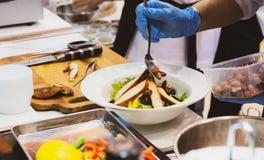 Szefa kuchni kulinarny jedzenie w kuchni, szefa kuchni narządzania jedzenie zdjęcie stock