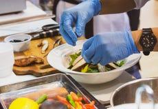 Szefa kuchni kulinarny jedzenie w kuchni, szefa kuchni narządzania jedzenie zdjęcia stock
