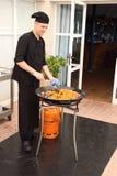 Szefa kuchni kulinarny paella w drugiej sceny kałamarnicie i krabach dzwoni Fotografia Royalty Free