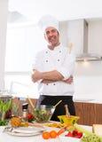 Szefa kuchni męski portret na białym countertop przy kuchnią Obraz Royalty Free