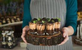 Szefa kuchni mienia czekoladowy deser z czernicą obraz royalty free