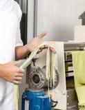 Szefa kuchni mienia spaghetti makaron maszyną Obraz Royalty Free