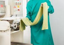 Szefa kuchni mienia spaghetti makaronu prześcieradło maszyną Fotografia Royalty Free
