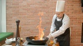 Szefa kuchni narządzania owoce morza w niecce z alkoholem w dużym płomieniu Fotografia Stock