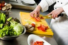 Szefa kuchni narządzania sałatkowy tnący pomidor Obraz Stock