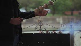 Szefa kuchni narządzania hamburgery przy grillem outdoors zbiory wideo
