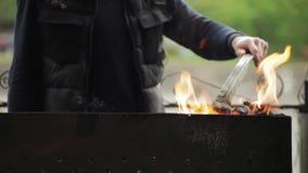 Szefa kuchni narządzania hamburgery przy grillem outdoors zdjęcie wideo