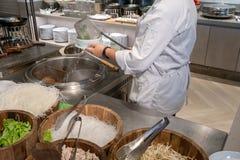 Szefa kuchni narz?dzania kluski z durszlakiem nad Tajlandzkim sala garnkiem fotografia royalty free