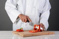 Szefa kuchni przecinania Czerwony Dzwonkowy pieprz Zdjęcie Royalty Free