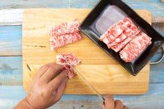 Szefa kuchni przecinania wagyu wołowina dla gotować Zdjęcia Stock