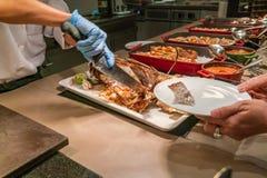 Szefa kuchni przecinanie i rozcięcie Piec na grillu ryba zdjęcie stock