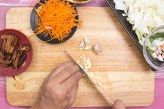 Szefa kuchni przygotowany czosnek dla gotować obrazy royalty free