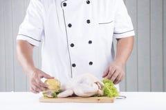 Szefa kuchni przygotowany kulinarny surowy kurczak obrazy royalty free