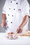 Szefa kuchni przygotowany kulinarny surowy kurczak fotografia stock