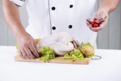 Szefa kuchni przygotowany kulinarny surowy kurczak fotografia royalty free