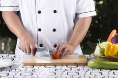 Szefa kuchni przygotowany pomidor dla plasterka obraz stock
