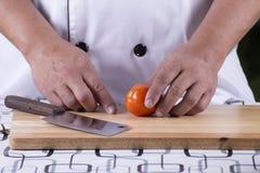 Szefa kuchni przygotowany pomidor dla plasterka obraz royalty free