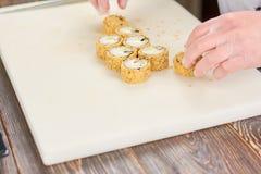 Szefa kuchni przygotowany suszi przy fachową kuchnią fotografia royalty free