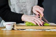 Szefa kuchni rżnięty mini asparagus Boczny widok, kuchenny tło, pojęcie kulinarny asparagus w bekonie zdjęcie stock