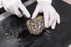 Szefa kuchni rozcięcie piec tuńczyk Obraz Royalty Free