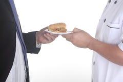 Szefa kuchni teraźniejszy hamburger Zdjęcia Royalty Free