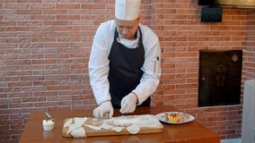 Szefa kuchni tnący ciasto w okręgi Zdjęcie Stock