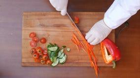 Szefa kuchni tnący czerwony dzwonkowy pieprz Obraz Royalty Free