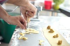 Szefa kuchni tortellini przygotowany domowej roboty surowy makaron Włoski makaron, nadmiar fotografia stock
