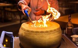 Szefa kuchni use creme brulee pochodnia w restauraci obrazy stock