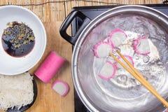 Szefa kuchni wrzący kamaboko & x28; rybi cake& x29; w garnku zdjęcia royalty free