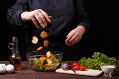 Szefa kuchni zrzutu croutons puchar z Caesar sałatką, kulinarny proc obrazy stock