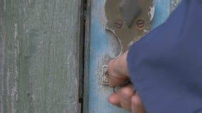 Szefa mężczyzna otwiera drzwi i wchodzić do pokój stajnia, metalu kędziorek, 4K zdjęcie wideo