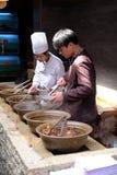 Szefowie kuchni przygotowywają tradycyjni chińskie jedzenie Zdjęcie Stock