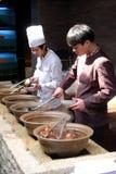 Szefowie kuchni przygotowywają tradycyjni chińskie jedzenie Zdjęcia Stock