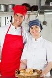 Szefowie kuchni Trzyma Koszykowy Pełnego chleby Zdjęcia Royalty Free