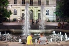 SZEGED, HONGRIE - 20 JUILLET 2017 : Les amants devant la fontaine sur Dugonics Ter ajustent la nuit en été Images stock