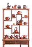 Szelfowi i ceramiczni teapots filiżanki i inni atrybuty dla tradycyjnej herbacianej ceremonii, pojedynczy białe tło zdjęcie royalty free