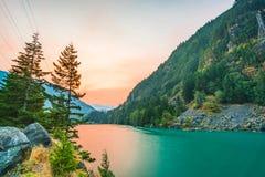 Szene über Diablo See wenn Sonnenaufgang am frühen Morgen im Nationalpark der Nordkaskade, Wa, USA stockfoto