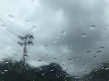 Szene der Landschaft vom Autowindfang, wenn Sie kaum regnen lizenzfreie stockfotografie