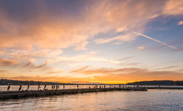 Szene der Wegweise auf dem See wenn Sonnenuntergang in Gene Coulon Memorial Beach Park, Renton, Washington, USA lizenzfreies stockbild