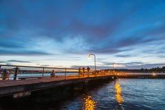Szene der Wegweise auf dem See wenn Sonnenuntergang in Gene Coulon Memorial Beach Park, Renton, Washington, USA lizenzfreie stockfotos