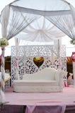 Szene der weißen Hochzeit im Freien mit einem Sofa und einem Himmelbett Lizenzfreie Stockfotos