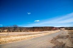 Szene des Abenteuers oder des Reisens mit einem Stoppschild Stockfotos