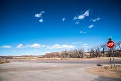 Szene des Abenteuers oder des Reisens mit einem Stoppschild Lizenzfreies Stockbild