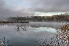 Szene des frühen Morgens auf einem kleinen See stockbild
