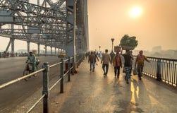 Szene des frühen Morgens auf Howrah-Brücke auf Fluss Hooghly Kolkata, Indien stockfotos
