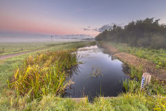 Szene des frühen Morgens des Kanals lizenzfreie stockfotografie